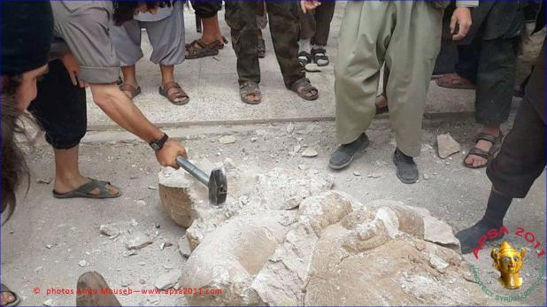 Islamic State smashing ancient sculptures in Syria, 2014